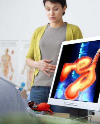 Choroba Leśniowskiego-Crohna - kobieta podczas konsultacji u gastrologa